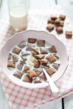 Knapperige graangewas en chocoladehoofdkussens met melk Royalty-vrije Stock Foto
