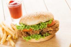 Knapperige kippenhamburger Stock Foto