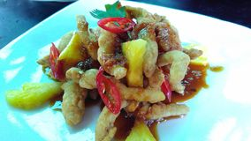 Knapperige oesterpaddestoelen met Indonesische saladesaus, Rujak-saus Verse Ananas stock afbeelding