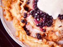 Knapperige pannekoekbroodjes met witte kaas en bosbessen Stock Afbeeldingen