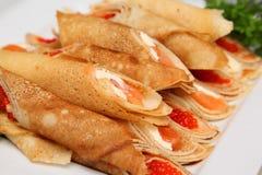Knapperige pannekoeken met rode kaviaar en zalm Royalty-vrije Stock Fotografie