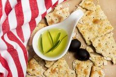 Knapperige rozemarijn en olijfoliecrackers op ambachtdocument Stock Fotografie
