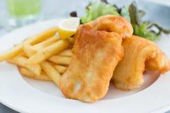 Knapperige vis met patat Royalty-vrije Stock Afbeeldingen