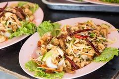 Knapperige Vissenkrop in Kruidige Salade Stock Afbeeldingen
