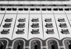 Knappkontrolldetalj på inspelningljudsignalblandare Royaltyfri Fotografi