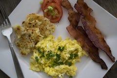 Knaprig bacon och fluffiga förvanskade ägg Royaltyfria Foton