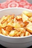 knaprig guld- potatis för bunke Arkivbild