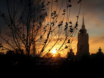Knaprig Moskvavintersoluppgång, guld- himmel och rökbuntar Royaltyfria Foton