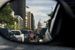 Knaprig sikt av Texas capitolbyggnad från bilspegeln Royaltyfri Bild