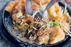 Knaprig stekt musslapannkaka med beansprout på den varma pannan fotografering för bildbyråer