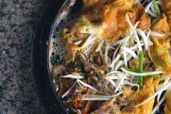 Knaprig stekt musslapannkaka med beansprout på den varma pannan royaltyfri bild