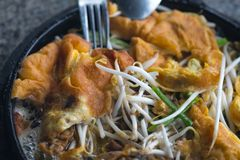 Knaprig stekt musslapannkaka med beansprout på den varma pannan arkivbild