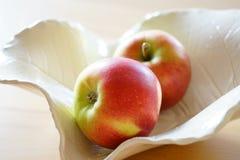 Knapriga äpplen arkivfoton