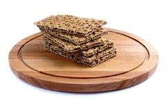 Knaprigt bröd på ett trämagasin som isoleras Royaltyfria Foton