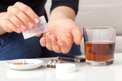 Knarkare som tar preventivpillerar arkivfoton