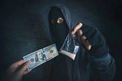 Knarklangare som erbjuder den narkotiska vikten ska missbruka på gatan Royaltyfri Foto