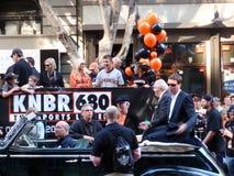 KNBR Besatzung auf geöffnetem Auto vor Anfang der Parade Stockfotografie