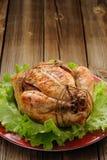 Knechtschaft shibari briet Huhn mit Salatblättern auf roter Platte O lizenzfreie stockfotos