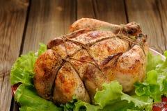 Knechtschaft shibari briet Huhn mit Salatblättern auf roter Platte O stockfoto