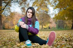 Knee injury - woman sitting in pain Stock Photography