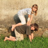 Kneeing-Kinder Stockbild