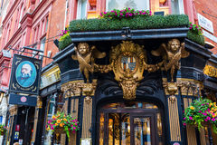 Kneipe das Salisbury in London, Großbritannien stockfotos