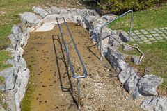Kneipp水践踏的水池跑的干燥 免版税库存照片