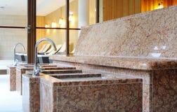 Kneipp-Fuß bassins mit Bank im Badekurort lizenzfreie stockbilder