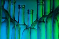 Knelpunten van de lege flessen van de glaswijn Stock Fotografie