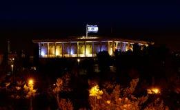 Knesset com o parlamento da bandeira de Israel na noite Fotos de Stock
