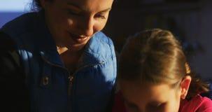 Knetenden Teig der glücklichen Familie zusammen backen stock video