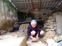 Knetender Boden der Frau vor dem Lehm keramisch Stockfoto