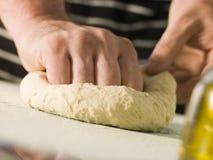 Knetender Pizza-Teig Lizenzfreie Stockbilder