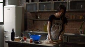 Knetender Teig der netten Frau in der Küche stock video