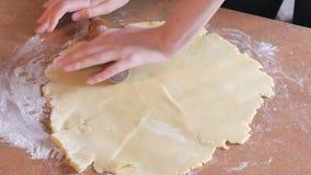 Knetender Teig des Bäckers mit Nudelholz auf Tabelle stock video