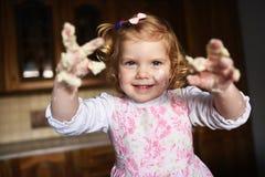 Knetender Teig des kleinen Mädchens lizenzfreies stockbild