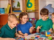 Knetmassemodellierton in der Kinderklasse Lehrer unterrichtet in der Schule Stockbild