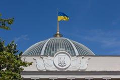 Kniaź chorągwiany falowanie nad parlamentem w Kijów zdjęcia stock