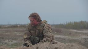 Kniaź raniący żołnierz siedzi na ziemi Strzelający na Kinowej kamerze w 4K UHD zbiory wideo