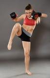 Knie geschlagen von kickbox junger Frau Lizenzfreie Stockbilder