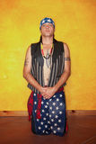 Knielende Inheemse Amerikaanse mens Stock Fotografie
