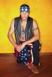 Knielende Inheemse Amerikaanse mens Stock Foto's