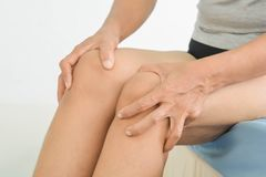 Knieschmerz in den alten Frauen stockfoto