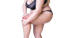 Knieschmerz, fette Frau mit gemeinsamer Arthritis, überladener weiblicher Körper lokalisiert auf weißem Hintergrund lizenzfreie stockfotos