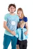 Kniestück, Familie mit drei Leuten mit Vater, Mutter und Sohn, lokalisierte weißen Hintergrund Lizenzfreie Stockfotografie