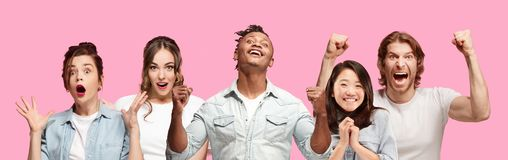 Kniestückabschluß herauf Porträt von jungen Leuten auf rosa Hintergrund lizenzfreies stockfoto