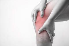 Knieverletzung in den Menschen Knieschmerz, Gelenkschmerzenleute medizinisch, Monotonhöhepunkt am Knie Lizenzfreies Stockfoto