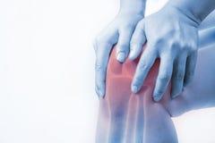 Knieverletzung in den Menschen Knieschmerz, Gelenkschmerzenleute medizinisch, Monotonhöhepunkt am Knie Lizenzfreies Stockbild