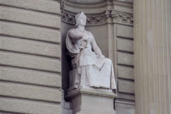 Knight скульптура при шпага сидя на троне стоковое изображение