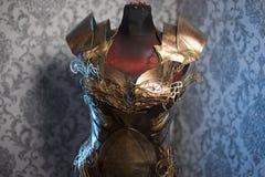 Knight Armor do breastplate forte do metal da mulher feito a mão no ouro imagens de stock royalty free